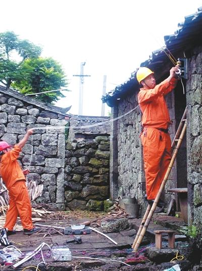 谢副所长果断有序地指挥着急修,配电人员重新挖坑埋杆,在综合考虑到当图片